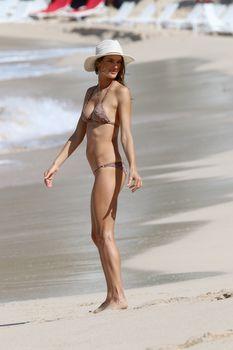 Алессандра Амбросио позирует в бикини на пляже в Сен-Бартелеми фото #2