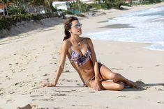 Алессандра Амбросио позирует в бикини на пляже в Сен-Бартелеми фото #10