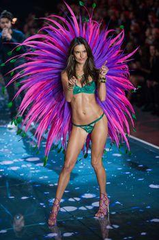 Секси Алессандра Амбросио на показе Victoria's Secret фото #5