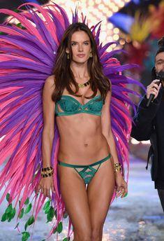 Секси Алессандра Амбросио на показе Victoria's Secret фото #6