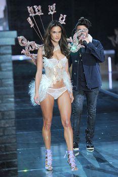 Секси Алессандра Амбросио на показе Victoria's Secret фото #8