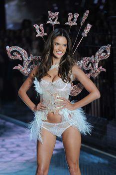 Секси Алессандра Амбросио на показе Victoria's Secret фото #10