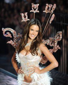 Секси Алессандра Амбросио на показе Victoria's Secret фото #11
