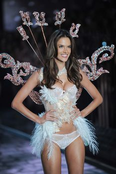 Секси Алессандра Амбросио на показе Victoria's Secret фото #12