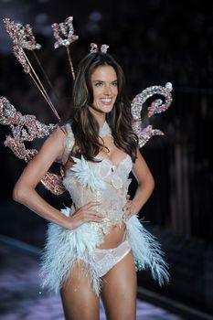 Секси Алессандра Амбросио на показе Victoria's Secret фото #13