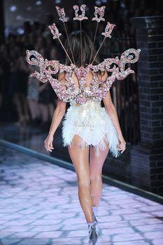 Секси Алессандра Амбросио на показе Victoria's Secret фото #14
