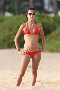 Соблазнительная Алессандра Амбросио в красном бикини в Мауи фото #1