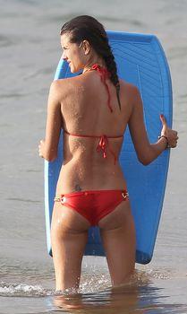 Соблазнительная Алессандра Амбросио в красном бикини в Мауи фото #7