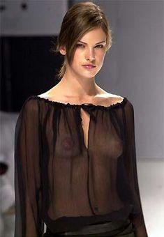У Алессандры Амбросио видно грудь через блузку фото #1