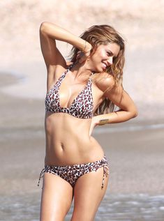 Красотка Адриана Лима позирует в леопардовом купальнике фото #11