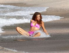 Секси Адриана Лима в розовом бикини на съемках фото #7