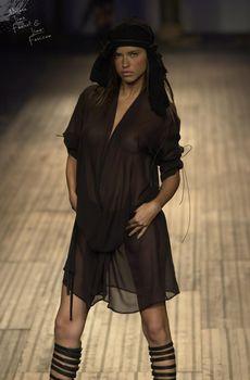 Сексуальная Адриана Лима в прозрачном платье на подиуме фото #2