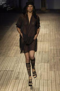 Сексуальная Адриана Лима в прозрачном платье на подиуме фото #3
