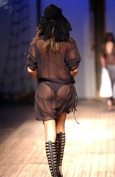 Сексуальная Адриана Лима в прозрачном платье на подиуме фото #4