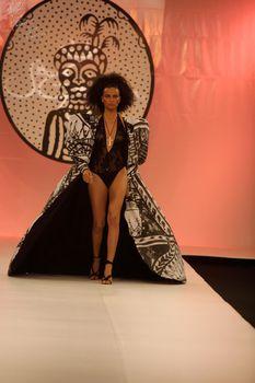 Засвет Адрианы Лимы на подиуме для Fashion Rio фото #1