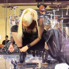 Аппетитное декольте Гвен Стефани на концерте в Нью-Йорке фото #2