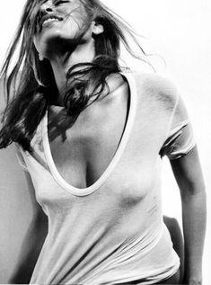Ева Мендес без бюстгальтера в футболке для Allure фото #1