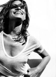Ева Мендес без бюстгальтера в футболке для Allure фото #3