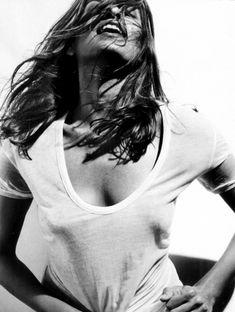 Ева Мендес без бюстгальтера в футболке для Allure фото #4