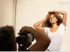 Ева Мендес без бюстгальтера в футболке для Allure фото #5