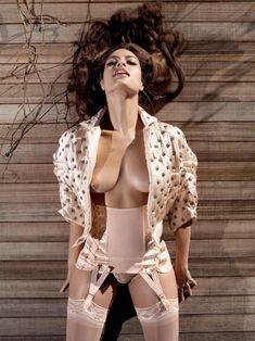 Голая грудь Евы Мендес в журнале Vogue фото #2