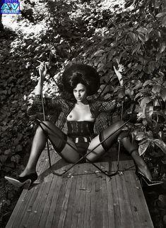 Голая грудь Евы Мендес в журнале Vogue фото #3