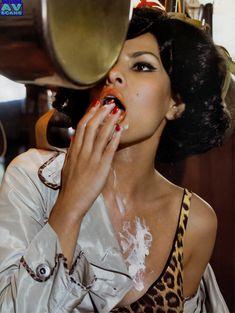 Голая грудь Евы Мендес в журнале Vogue фото #9