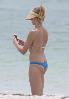 Сочная попка Камерон Диаз в бикини во Флориде фото #2