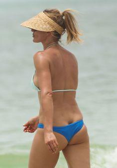 Сочная попка Камерон Диаз в бикини во Флориде фото #3
