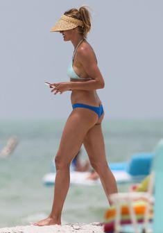 Сочная попка Камерон Диаз в бикини во Флориде фото #6