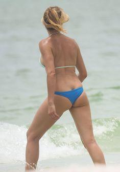 Сочная попка Камерон Диаз в бикини во Флориде фото #7