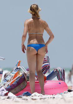 Сочная попка Камерон Диаз в бикини во Флориде фото #11