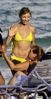 Спортивное тело Камерон Диаз в бикини в Майями фото #3