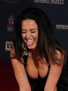 Соблазнительная Кэти Перри демонстрирует свою грудь фото #1