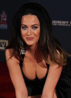 Соблазнительная Кэти Перри демонстрирует свою грудь фото #2