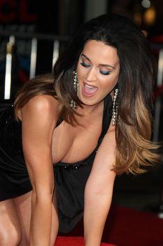 Соблазнительная Кэти Перри демонстрирует свою грудь фото #4