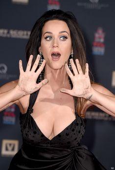 Соблазнительная Кэти Перри демонстрирует свою грудь фото #6