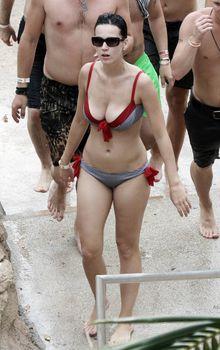 Возбуждающая Кэти Перри в бикини на Мальдивах фото #1