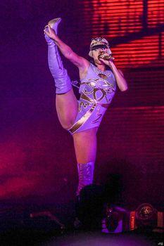 Кэти Перри раздвинула ноги на сцене в Сан-Паулу фото #2