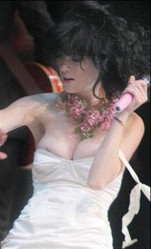 У Кэти Перри сползло платье на сцене фото #1