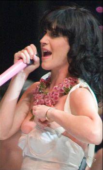 У Кэти Перри сползло платье на сцене фото #2