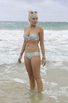 У Линдси Лохан сполз купальник на Гавайях фото #5
