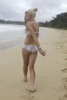 У Линдси Лохан сполз купальник на Гавайях фото #22