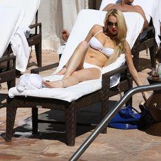 Пизда Линдси Лохан в облегающих трусиках в Sunset Marquis фото #9