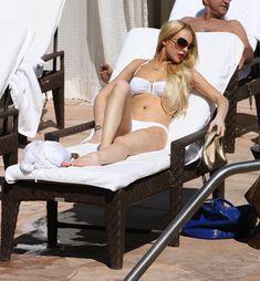 Пизда Линдси Лохан в облегающих трусиках в Sunset Marquis фото #10
