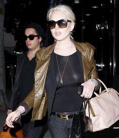 Бесстыжая Линдси Лохан без лифчика на улице в Беверли Хиллс фото #1
