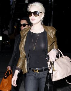 Бесстыжая Линдси Лохан без лифчика на улице в Беверли Хиллс фото #2
