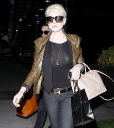 Бесстыжая Линдси Лохан без лифчика на улице в Беверли Хиллс фото #4