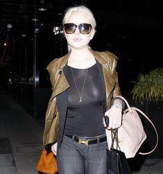 Бесстыжая Линдси Лохан без лифчика на улице в Беверли Хиллс фото #5