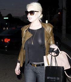 Бесстыжая Линдси Лохан без лифчика на улице в Беверли Хиллс фото #10